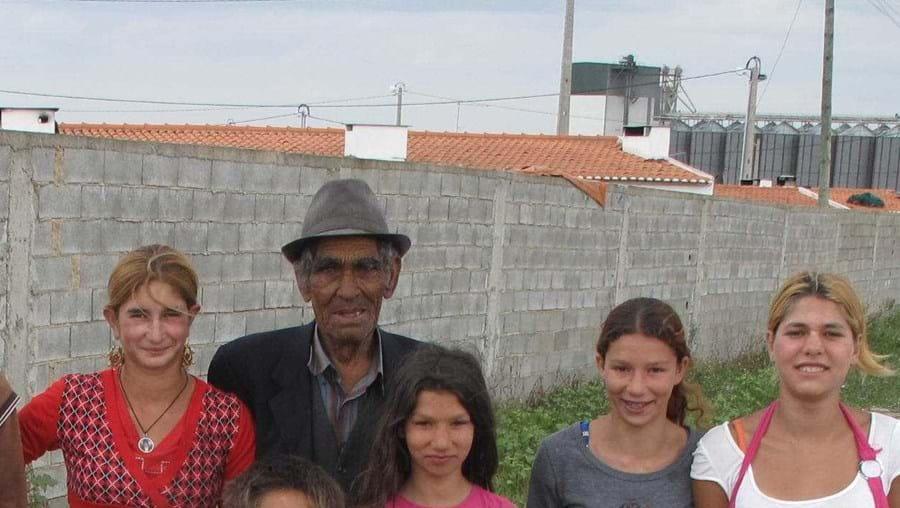 """No bairro vivem cerca de 200 pessoas. O patriarca Joaquim Marques diz que é o """"cemitério dos vivos"""""""