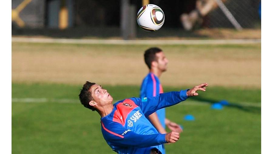 Cristiano Ronaldo, nas alturas, durante um jogo de futevólei nos primeiros minutos do treino da selecção nacional