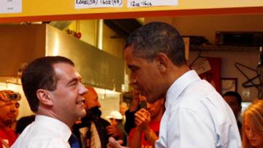 Líderes conversam enquanto esperam pedidos