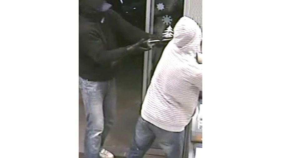 Imagens de videovigilância do assalto em Alcochete. Os ladrões fugiram com 300 euros e três gelados