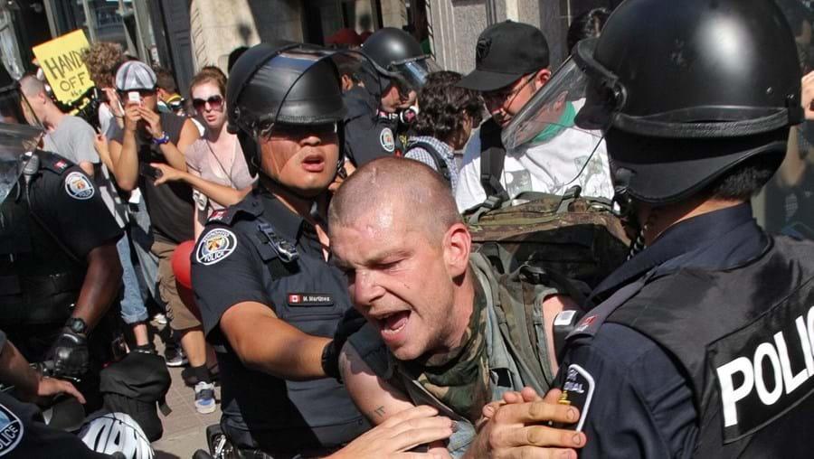 Anarquistas e activistas antiglobalização tentaram furar os cordões policiais