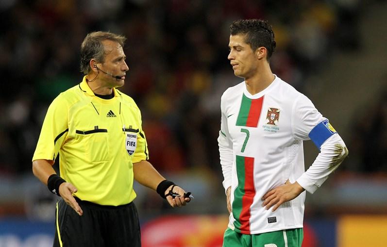 Árbitro Hector Baldassi atento a Cristiano Ronaldo