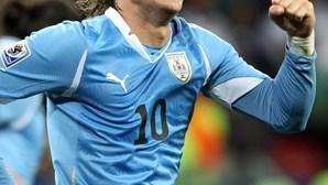 FIFA distingue Forlán e Müller