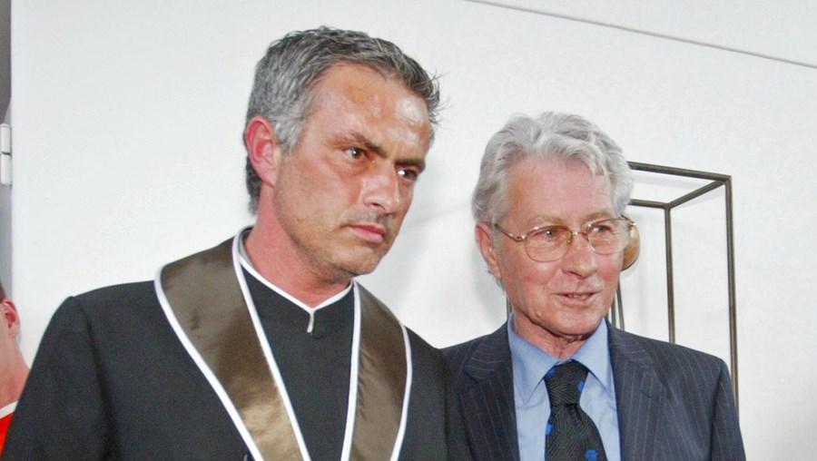 José Mourinho, aqui com o pai, na cerimónia de doutoramento Honoris Causa