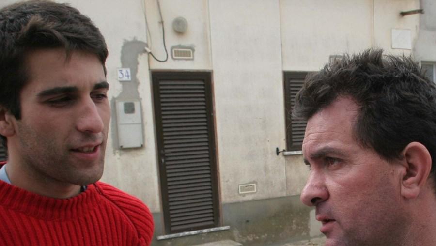 Arquivo CM: Ivo, em 2006, dois anos antes de desaparecer, fotografado pelo CM ao lado de Leitão, quando a casa deste ardeu
