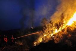 Reacendimentos complicam trabalho de bombeiros