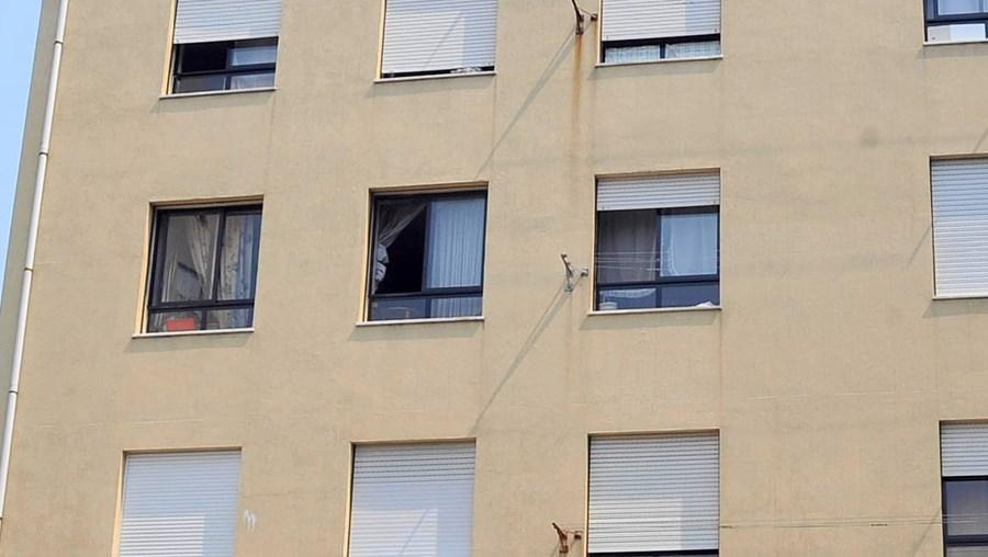 Vários baldes com fezes foram encontrados no interior de apartamento no 2.º andar de prédio em Ferreiros