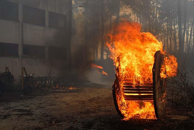 Incêndio exigiu centenas de bombeiros