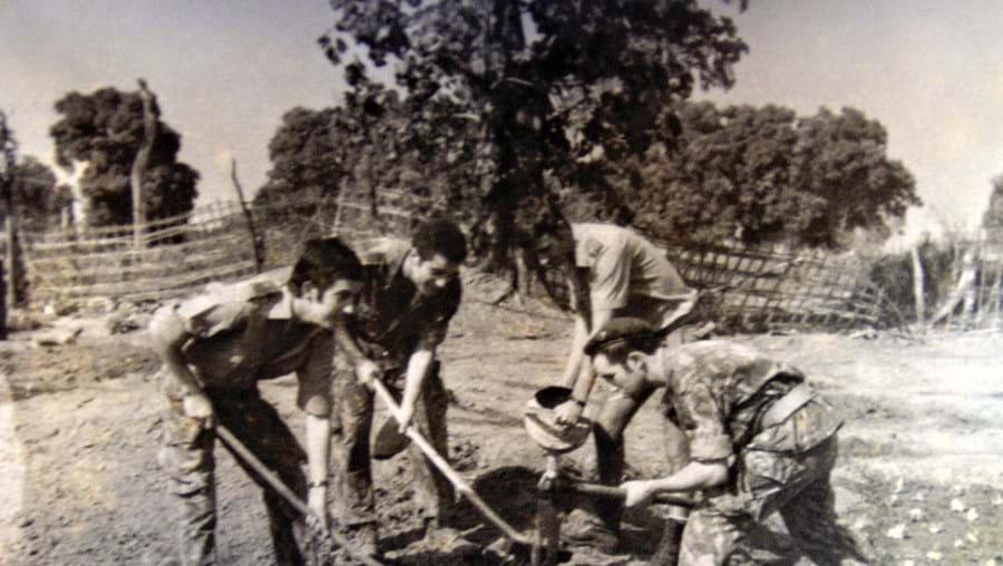 A plantar alfaces, por brincadeira. Um dos 'agricultores' era regente agrícola