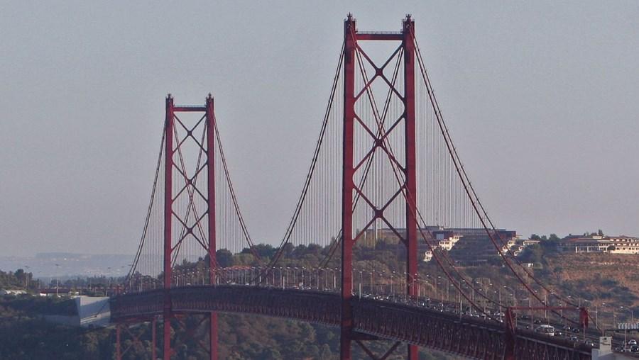 A ponte 25 de Abril tem uma circulação diária de 150 mil veículos e 156 comboios