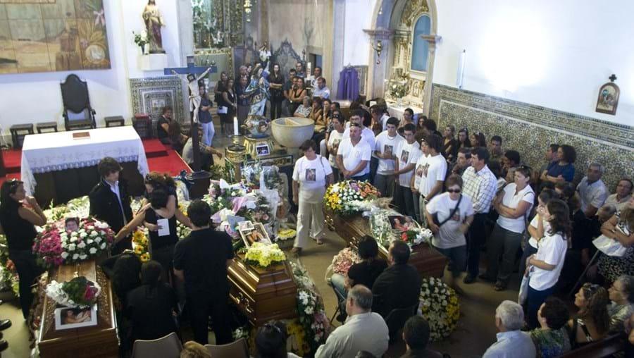 Cerca de 30 amigos homenagearam Ana Sofia Neves ostentando a foto da jovem de 17 anos