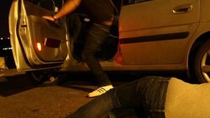 Prostituta atirada de carro em andamento