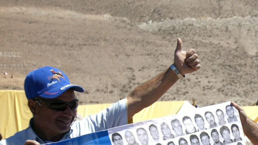 José Henríquez, o guia espiritual dos mineiros, foi ontem o primeiro dos 33 a regressar à mina