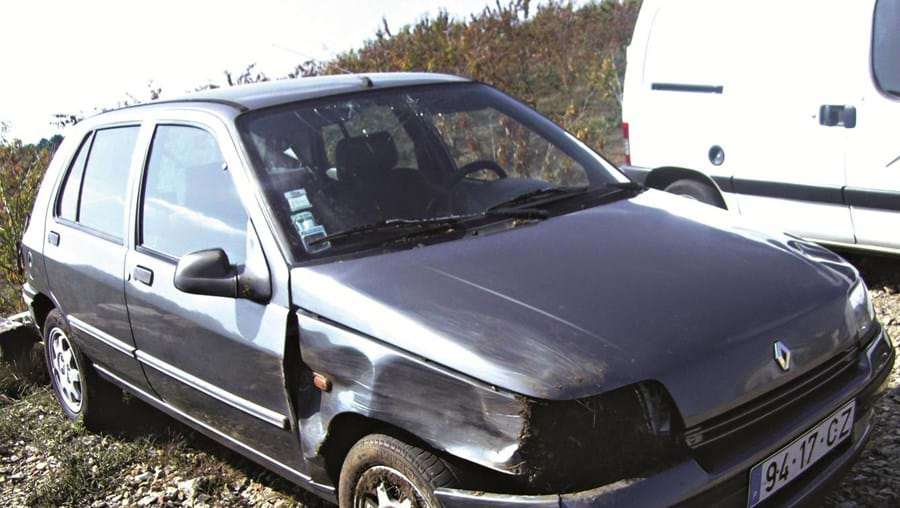 Após o roubo, o grupo fugiu num Renault Clio que se despistou depois de vários quilómetros de perseguição