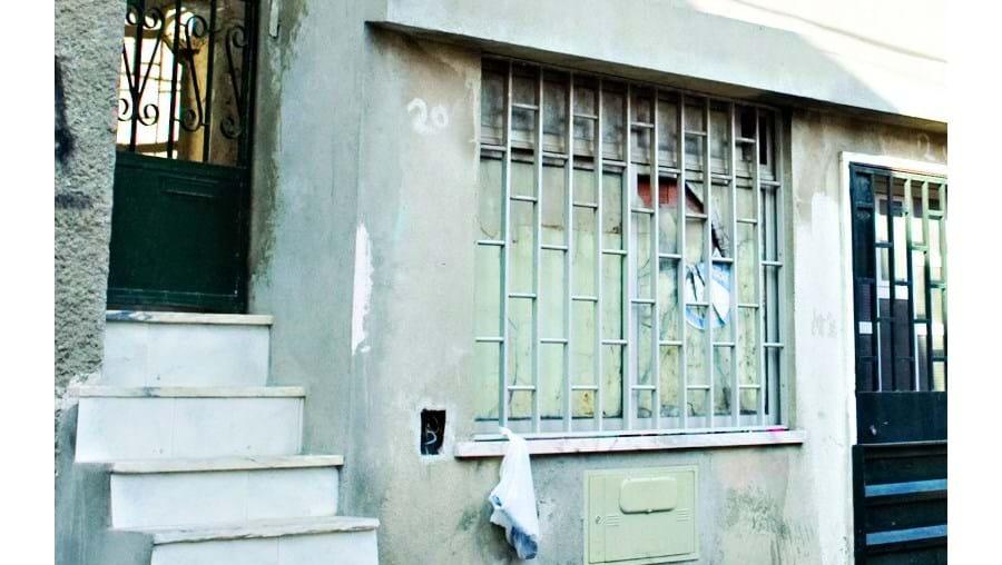 Abusador foi violentamente agredido e deixado à porta desta casa. Marcas de sangue ainda eram visíveis, ontem. Alguns dos moradores ouvidos pelo CM garantem não ter visto ou ouvido nada. Agora Polícia Judiciária investiga.