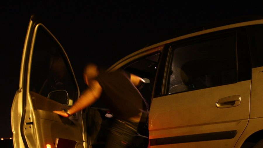 A troco de 25 euros, prostituta acabou agredida, roubada e lançada para fora do carro