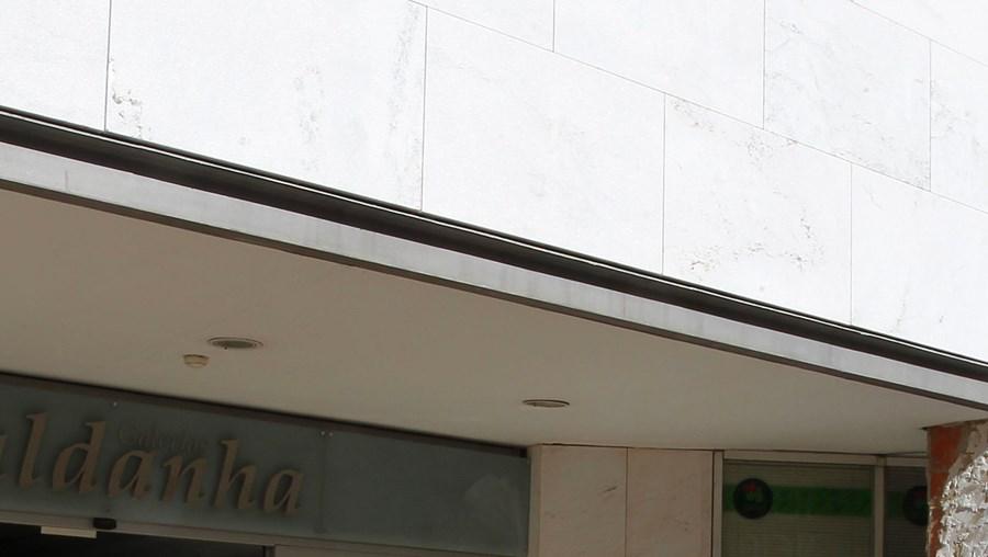 O centro comercial tinha acabado de abrir, às 10h00, quando ocorreu o assalto. Obras decorrem à entrada