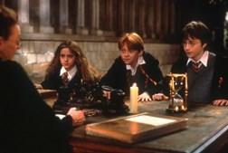 Durante o primeiro ano em 'Hogwarts', o trio de jovens feiticeiros fala com a Professor Minerva McGonagall (Maggie Smith) por desconfiaram que o professor Snape (Alan Rickman) quer roubar a pedra filosofal