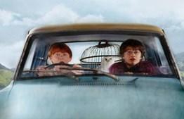 Em 'A Câmara dos Segredos' (2002), 'Harry' e 'Ron' perdem o comboio para 'Hogwarts' e viajam para a escola de feitiçaria num Ford Anglia voador.