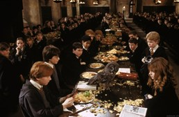 Durante o pequeno-almoço no salão de Hogwarts, as corujas distribuem o correio. 'Ron' recebe uma 'Gritador' da mãe a ralhar por ter viajado com 'Harry Potter' no carro da família