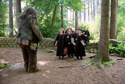 Os jovens feiticeiros antes de uma aula de 'Cuidados com as Criaturas Mágicas', leccionada por 'Hagrid' (Robbie Coltrane), no seu terceiro ano em Hogwarts