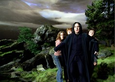 'Harry', 'Ron' e 'Hermione' acompanhados pelo professor 'Severus Snape', depois do padrinho de 'Potter', 'Sirius Black' (Gary Oldman) se transformar em lobisomem.
