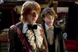 Harry Potter e Ron Weasley com os seus trajes de gala antes do baile dos 'Três Feiticeiros', festejo inserido no torneio entre escolas de magia e feitiçaria.