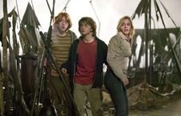 Harry, Ron e Hermione presenciam um ataque dos 'Devoradores da Morte' durante a Taça de Quidditch, o desporto dos feiticeiros disputado em vassouras voadoras