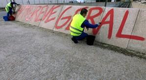 Depois do despedimento colectivo, funcionários da Groundforce manifestaram-se frente ao Aeroporto de Faro