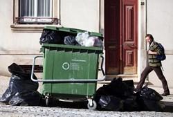 Recolha de lixo ficou comprometida, como neste caso em Coimbra