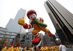 Ronald, a mascote da cadeia de fast food McDonald's, também marcou presença na parada dos armazéns Macy