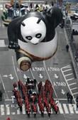 Crianças puderam ver o 'Panda Kung Fu' bem perto nas ruas de Nova Iorque
