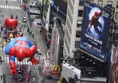 Insuflável do 'Homem-Aranha' passou junto ao teatro da Broadway onde estreará o musical sobre o super-herói