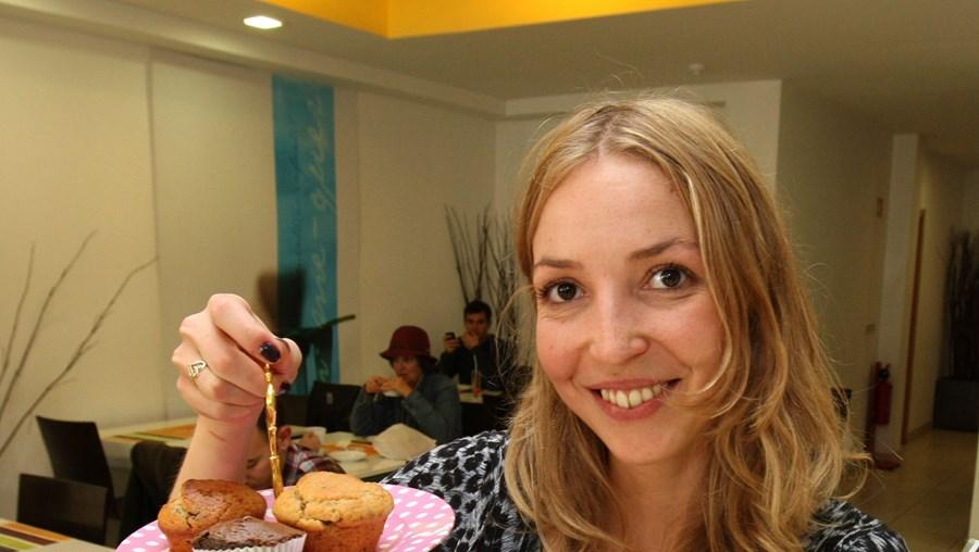 Maria de Oliveira Dias garante que os bolos 'vega' são saborosos