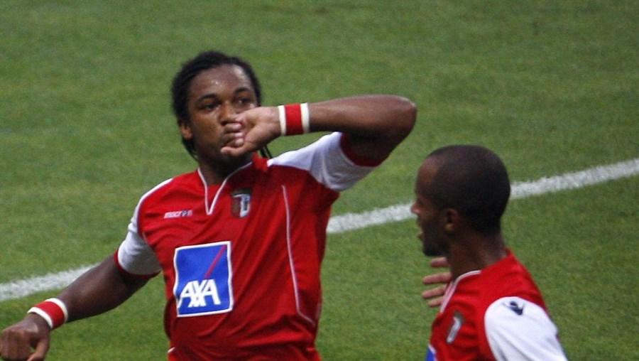 Alan (esq.) marcou um golo