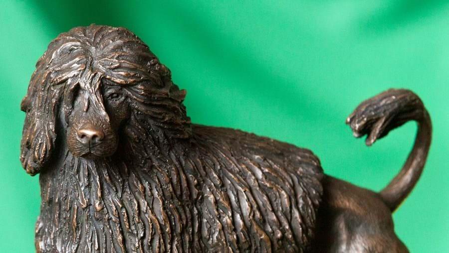 Escultura de bronze é da autoria de Luís Valadares