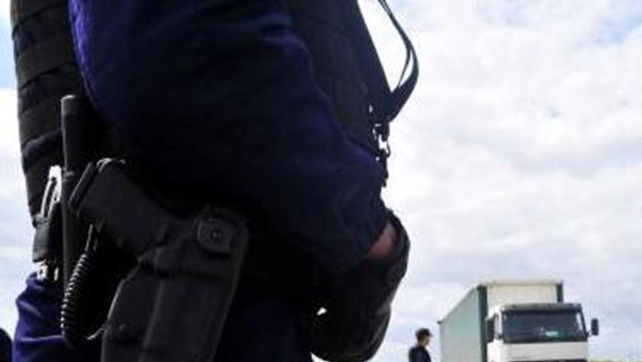 Desde o início da operação foram apreendidas cinco armas brancas, uma arma de fogo e diversos materiais anti-NATO e anti-policial