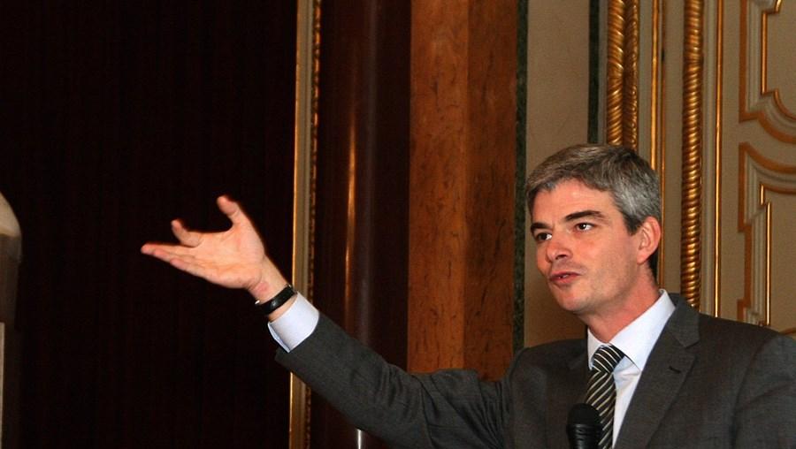 António Costa (ao centro) apresenta proposta em reunião de câmara