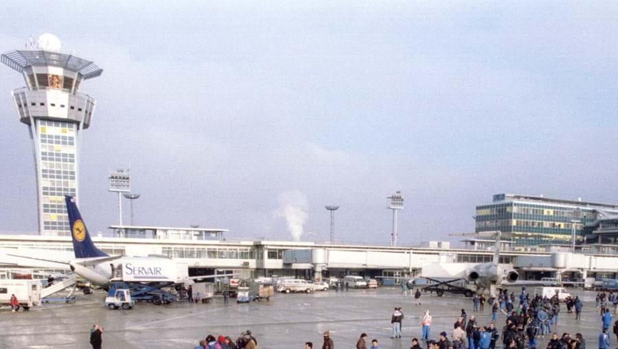Passageiros e tripulação foram retirados para que aeronave fosse vistoriada por especialistas em explosivos
