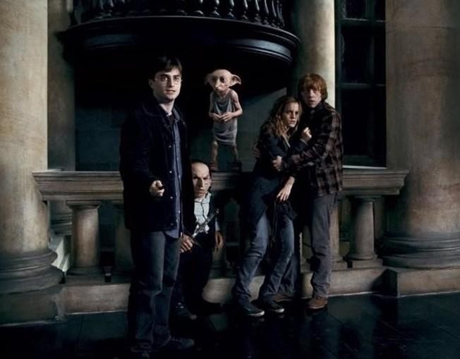 No sétimo filme da saga, 'Os Talismãs da Morte', reaparecem várias personagens de outros filmes, como o elfo doméstico Dobby ou o goblin chefe do banco de feiticeiros, Gringots.