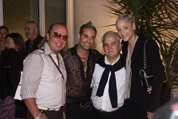 Carlos Castro com o cabeleireiro Eduardo Beauté, o cantor Nuno Guerreiro e a fadista Mariza numa festa em 2003