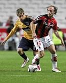 Lateral-esquerdo Fábio Coentrão numa disputa de bola com o algarvio Jorge Gonçalves
