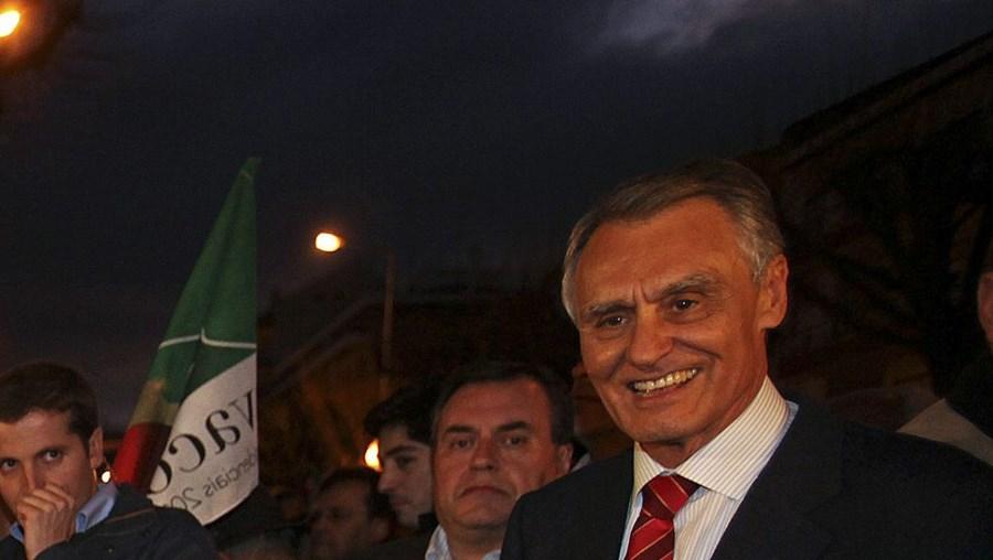 Cavaco Silva ouve, sorridente, uma tuna de idosos do Fundão, no final de mais um dia de campanha eleitoral