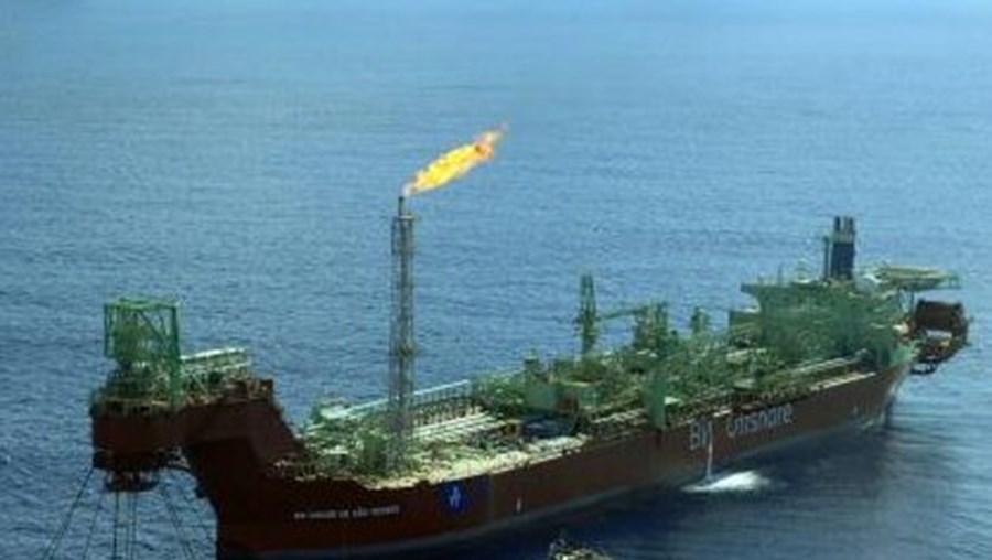 Petróleo: Barril de Brent vale 96,77 dólares