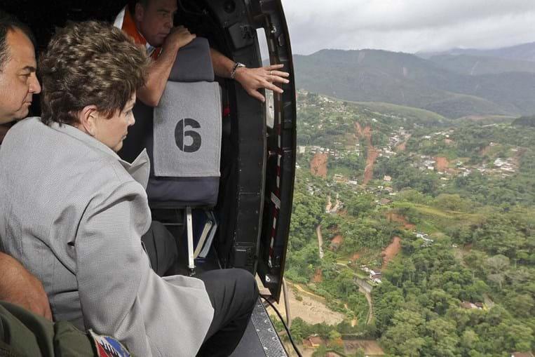 Recém-empossada presidente Dilma Rousseff viu dimensão do desastre numa viagem de helicóptero
