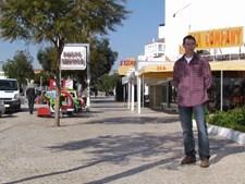 Paulo Lopes lamenta o estado a que a autarquia de Albufeira deixou chegar a avenida Sá Carneiro, na Oura