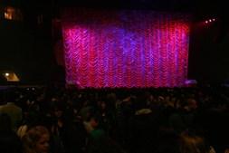 Minutos antes, os seis mil fãs que rumaram ao Campo Pequeno interrogavam-se sobre o que iria aparecer do outro lado da cortina