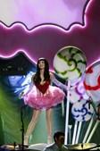 Chegada ao palco enfeitado com chupa-chupas gigantes, a cantora arrancou o espectáculo com 'Teenage Dream'