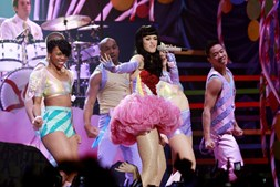 Ritmo da estrela pop de 26 anos não demorou a arrebatar uma plateia cheia de adolescentes