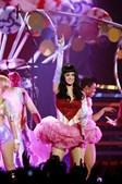 Terminada a canção, Katy Perry perguntou aos espectadores se tinham ali estado a ouvi-la em 2009. Todos responderam com um sonoro 'yes!'